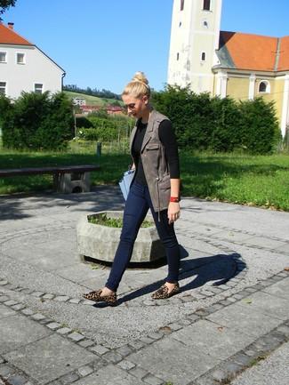 Come indossare e abbinare un gilet in pelle grigio scuro: Abbina un gilet in pelle grigio scuro con jeans aderenti blu scuro per un outfit che si fa notare. Per le calzature, scegli lo stile classico con un paio di mocassini con nappine in pelle scamosciata leopardati marrone chiaro.