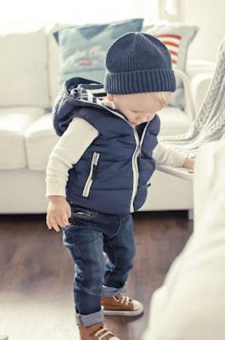 Come indossare e abbinare: gilet blu scuro, t-shirt manica lunga bianca, jeans blu scuro, sneakers marroni