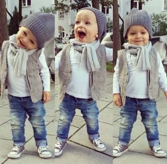 Come indossare e abbinare: gilet grigio, t-shirt manica lunga bianca, jeans blu, sneakers grigie