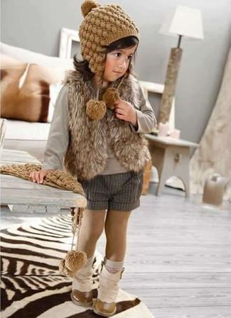 Come indossare: gilet di pelliccia marrone, t-shirt manica lunga grigia, pantaloncini grigi, stivali beige