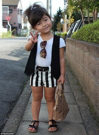 Come indossare: gilet nero, t-shirt bianca, pantaloncini bianchi e neri, sandali neri