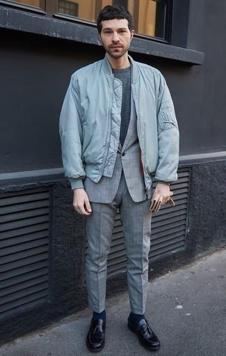 Come indossare e abbinare una t-shirt girocollo grigio scuro: Abbina una t-shirt girocollo grigio scuro con un giubbotto bomber azzurro per un look spensierato e alla moda. Ti senti creativo? Completa il tuo outfit con un paio di mocassini con nappine in pelle neri.