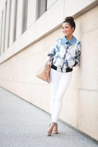 Come indossare: giubbotto bomber a fiori azzurro, jeans aderenti bianchi, décolleté in pelle grigi, borsa a mano in pelle beige