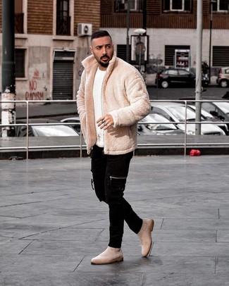 Come indossare e abbinare: giubbotto bomber di pile beige, maglione girocollo bianco, jeans aderenti neri, stivali chelsea in pelle scamosciata beige