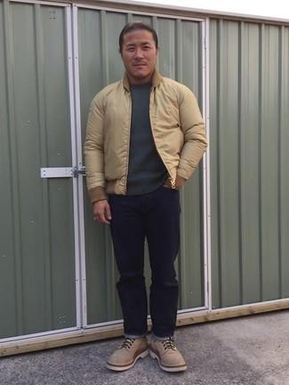 Come indossare e abbinare un maglione girocollo grigio scuro: Prova a combinare un maglione girocollo grigio scuro con jeans blu scuro per un look trendy e alla mano. Scegli uno stile classico per le calzature e indossa un paio di stivali casual in pelle scamosciata beige.