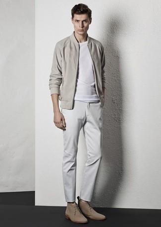 Trend da uomo 2020: Opta per un giubbotto bomber beige e chino bianchi per un look spensierato e alla moda. Chukka in pelle scamosciata beige sono una gradevolissima scelta per completare il look.