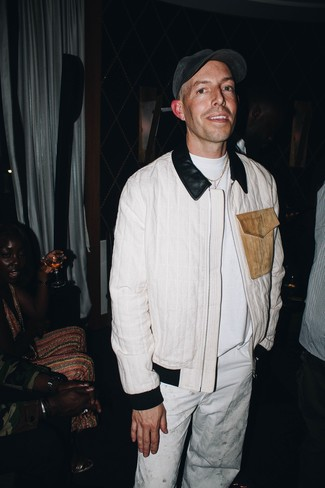 Come indossare: giubbotto bomber bianco, t-shirt girocollo bianca, chino bianchi, berretto da baseball grigio scuro