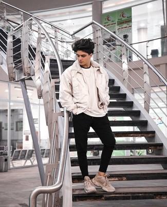 Moda ragazzo adolescente: Indossa un giubbotto bomber bianco e pantaloni sportivi neri per un look spensierato e alla moda. Scarpe sportive beige danno un tocco informale al tuo abbigliamento.