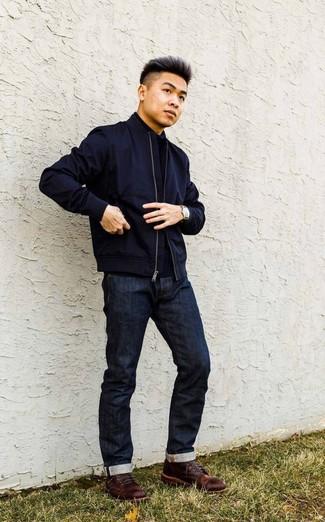 Come indossare e abbinare: giubbotto bomber blu scuro, dolcevita blu scuro, jeans blu scuro, stivali casual in pelle marrone scuro