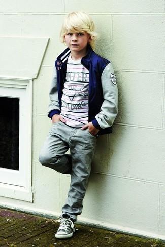 Come indossare e abbinare: giubbotto bomber blu scuro, maglione a righe orizzontali bianco, jeans grigi, sneakers grigie