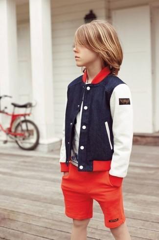 Come indossare e abbinare: giubbotto bomber blu scuro, t-shirt bianca, pantaloncini rossi