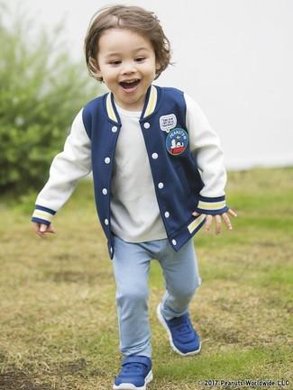 Come indossare e abbinare: giubbotto bomber blu scuro, t-shirt bianca, pantaloni sportivi azzurri, sneakers blu