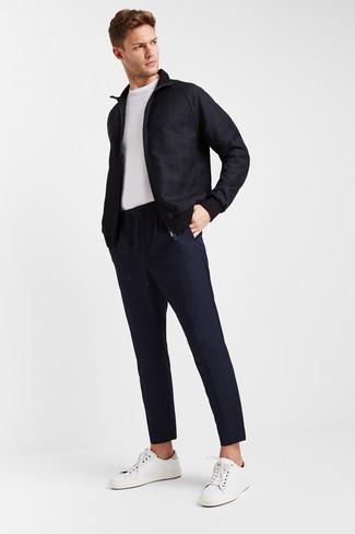 Come indossare e abbinare: giubbotto bomber scozzese blu scuro, t-shirt girocollo bianca, chino blu scuro, sneakers basse in pelle bianche