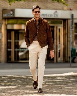 Come indossare e abbinare: giubbotto bomber in pelle scamosciata marrone, camicia a maniche lunghe di lino marrone, chino bianchi, mocassini eleganti in pelle marrone scuro