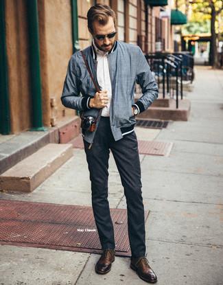 Come indossare e abbinare: giubbotto bomber blu scuro, camicia a maniche lunghe bianca, chino di lana grigio scuro, scarpe brogue in pelle marroni