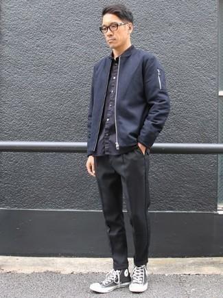 Trend da uomo 2020: Vestiti con un giubbotto bomber blu scuro e chino neri per un outfit comodo ma studiato con cura. Se non vuoi essere troppo formale, indossa un paio di sneakers alte di tela nere e bianche.