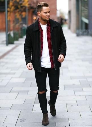 Come indossare e abbinare: giubbotto bomber in pelle scamosciata nero, camicia a maniche lunghe a quadretti rossa, t-shirt girocollo bianca, jeans aderenti strappati neri