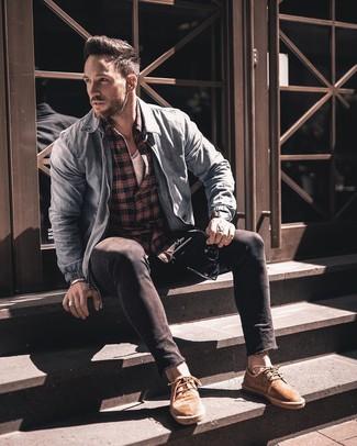 Come indossare e abbinare: giubbotto bomber di jeans azzurro, camicia a maniche lunghe scozzese rossa e nera, t-shirt girocollo bianca, jeans aderenti neri