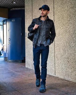 Come indossare e abbinare: giubbotto bomber trapuntato nero, camicia a maniche lunghe di flanella grigia, t-shirt manica lunga a righe orizzontali nera e bianca, jeans blu scuro