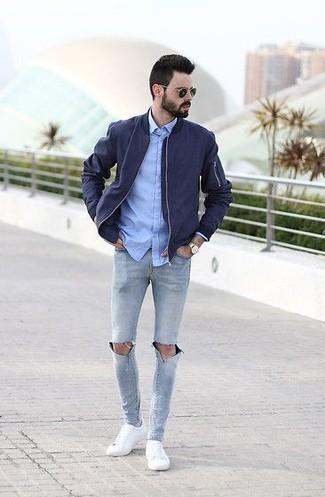 47a6e6dd7025 ... Look alla moda per uomo: Giubbotto bomber blu scuro, Camicia elegante  in chambray azzurra