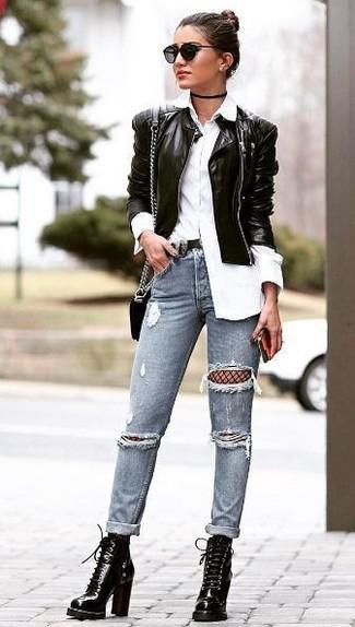 Come indossare: giubbotto bomber in pelle nero, camicia elegante bianca, jeans aderenti strappati grigi, stivaletti con lacci in pelle neri