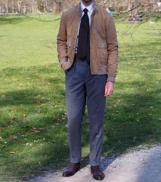 Come indossare e abbinare pantaloni eleganti grigio scuro: Vestiti con un giubbotto bomber in pelle scamosciata marrone chiaro e pantaloni eleganti grigio scuro per un look elegante e alla moda. Rifinisci questo look con un paio di stivali chelsea in pelle marrone scuro.
