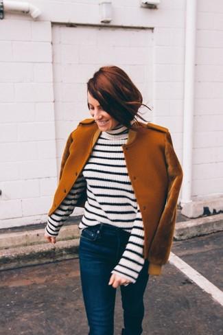 Come indossare: giubbotto bomber di lana terracotta, dolcevita a righe orizzontali bianco e nero, jeans aderenti blu scuro