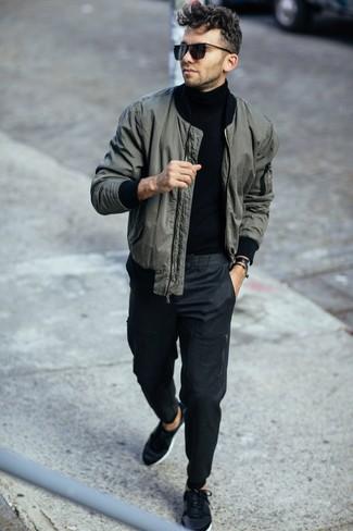 Moda uomo anni 20: Abbina un giubbotto bomber verde scuro con chino grigio scuro per un fantastico look da sfoggiare nel weekend. Opta per un paio di sneakers basse nere per un tocco più rilassato.