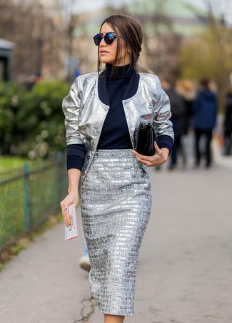 Come indossare e abbinare: giubbotto bomber argento, dolcevita blu scuro, gonna longuette argento, cartella in pelle nera