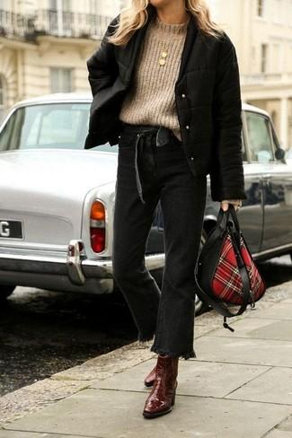 Come indossare: giubbotto bomber nero, dolcevita lavorato a maglia marrone chiaro, jeans a campana neri, stivaletti in pelle marrone scuro
