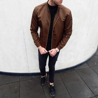 Come indossare e abbinare: giubbotto bomber marrone, dolcevita nero, jeans aderenti neri, sneakers basse nere
