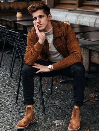 Come indossare e abbinare jeans aderenti neri: Per un outfit quotidiano pieno di carattere e personalità, scegli un giubbotto bomber in pelle scamosciata terracotta e jeans aderenti neri. Scegli un paio di stivali chelsea in pelle scamosciata terracotta come calzature per dare un tocco classico al completo.