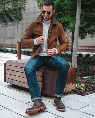 Come indossare: giubbotto bomber in pelle scamosciata marrone, dolcevita lavorato a maglia bianco, jeans blu, stivali chelsea in pelle scamosciata grigio scuro