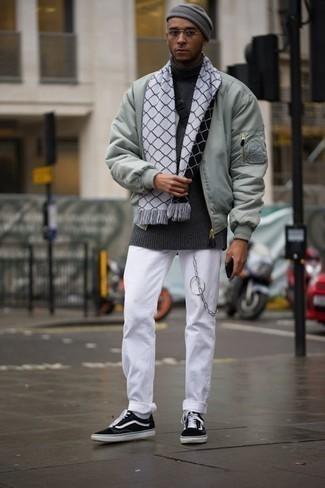 Come indossare e abbinare jeans bianchi: Indossa un giubbotto bomber verde menta e jeans bianchi per un look raffinato per il tempo libero. Sneakers basse di tela nere e bianche sono una valida scelta per completare il look.