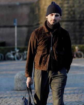 Come indossare e abbinare: giubbotto bomber in pelle scamosciata marrone scuro, dolcevita marrone scuro, pantaloni eleganti di lana grigio scuro, borsa shopping di tela blu scuro