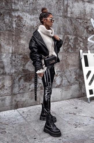 Come indossare: giubbotto bomber in pelle nero, dolcevita di lana lavorato a maglia bianco, pantaloni skinny in pelle neri, stivali piatti stringati in pelle pesanti neri