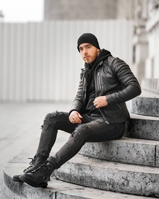 Look alla moda per uomo: Giubbotto bomber in pelle trapuntato nero, Felpa con cappuccio nera, Dolcevita nero, Jeans aderenti strappati grigio scuro