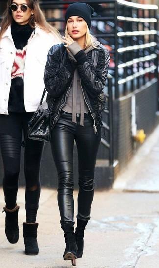 Come indossare: giubbotto bomber in pelle nero, felpa con cappuccio marrone, jeans aderenti in pelle neri, stivaletti in pelle scamosciata neri
