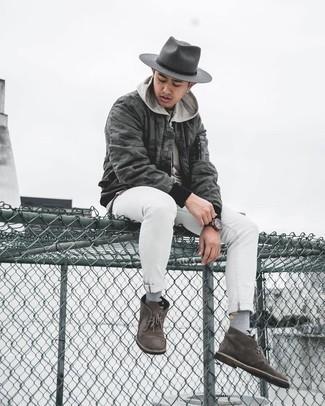 Come indossare e abbinare un borsalino di lana grigio scuro: Opta per un giubbotto bomber mimetico grigio scuro e un borsalino di lana grigio scuro per un outfit rilassato ma alla moda. Aggiungi un paio di chukka in pelle scamosciata marrone scuro al tuo look per migliorare all'istante il tuo stile.