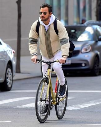 Come indossare e abbinare: giubbotto bomber di pile beige, felpa con cappuccio bianca, jeans bianchi, sneakers basse in pelle nere
