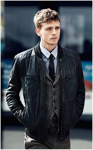 Come indossare e abbinare una camicia elegante in chambray grigia: Potresti combinare una camicia elegante in chambray grigia con pantaloni eleganti grigio scuro per un look elegante e di classe.