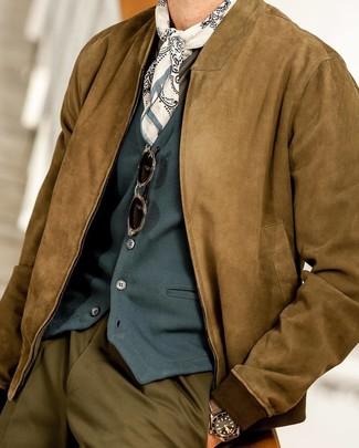 Come indossare e abbinare: giubbotto bomber in pelle scamosciata marrone, gilet foglia di tè, t-shirt manica lunga verde oliva, pantaloni eleganti verde oliva
