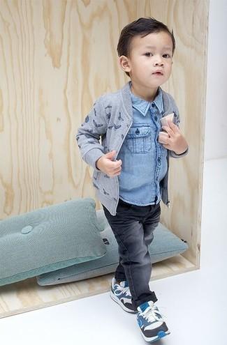 Come indossare e abbinare: giubbotto bomber stampato grigio, camicia a maniche lunghe di jeans azzurra, jeans grigio scuro, sneakers blu