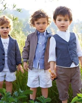 Come indossare e abbinare: giubbotto bomber grigio, camicia a maniche lunghe azzurra, pantaloncini bianchi