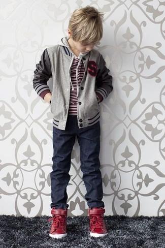 Come indossare e abbinare: giubbotto bomber grigio, maglione rosso, jeans blu scuro, sneakers rosse