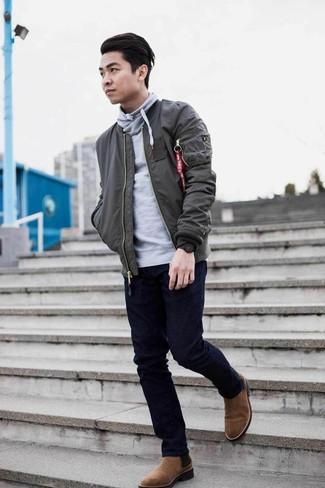 Come indossare e abbinare: giubbotto bomber grigio scuro, felpa con cappuccio grigia, jeans blu scuro, stivali chelsea in pelle scamosciata marroni