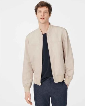 Come indossare e abbinare chino di lana blu scuro: Per un outfit quotidiano pieno di carattere e personalità, abbina un giubbotto bomber in pelle beige con chino di lana blu scuro.