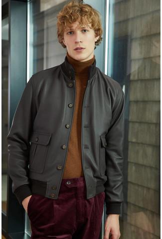 Come indossare e abbinare: giubbotto bomber in pelle nero, dolcevita marrone, chino di velluto a coste bordeaux