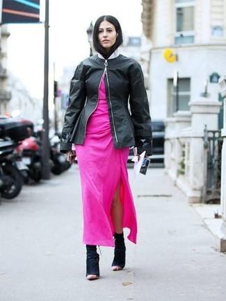 Come indossare: giubbotto bomber in pelle nero, vestito lungo fucsia, stivaletti in pelle scamosciata neri