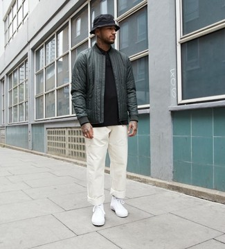 Come indossare e abbinare: giubbotto bomber trapuntato verde scuro, maglia  a polo nera, chino bianchi, sneakers alte di tela bianche